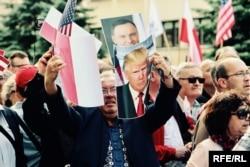 Люди в центре Варшавы приветствуют президента США Дональда Трампа. 6 июля 2017 года.