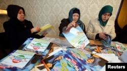 Тажикстан Ислам кайра жаралуу партиясынын активисттери шайлоо өнөктүгүнө даярдык көрүшүүдө. ТИКЖПнын Душанбедеги кеңсеси, 26-февраль 2015