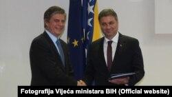Šef Delegacij EU u BiH Lars-Gunnar Wigemark uručio je izvještaj predsjedavajućem Vijeća ministara BiH Denisu Zvizdiću