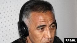 """Артур Медетбеков """"Азаттык"""" үналгысынын Бишкектеги студиясында. 11-июль, 2010-жыл."""