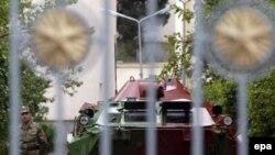 Rus əsgərləri Tbilisidəki Rusiya hərbi bazasını qoruyur. 2 oktyabr 2006-cı il