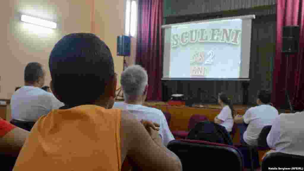 Un copil priveşte filmul realizat de Eugenia Pogor despre localitatea Sculeni de pe ambele maluri ale Prutului