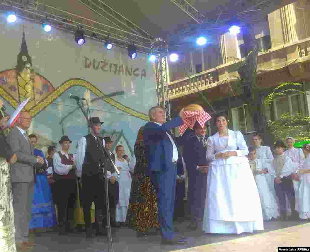 Gradonačelnik Subotice Bogddan Laban prima hleb od novog žita