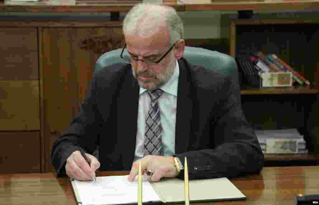 МАКЕДОНИЈА - Постигнат е договор пратеничките групи и европски претставници во март да одржат средба во рамки на политичкиот дијалог Жан Моне, информираше претседателот на Собранието Талат Џафери на средба со новинарите. Тој истакна дека амандманска расправа за Законот за јазиците не е решение на прашањето.