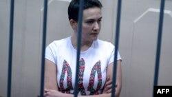 Надія Савченко під час одного з судових засідань у Москві