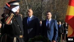 Заев и Борисов положија цвеќе на споменикот од Борис Трајковски