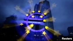 Эмблема евро перед штаб-квартирой Европейского центрального банка во Франкфурте-на-Майне
