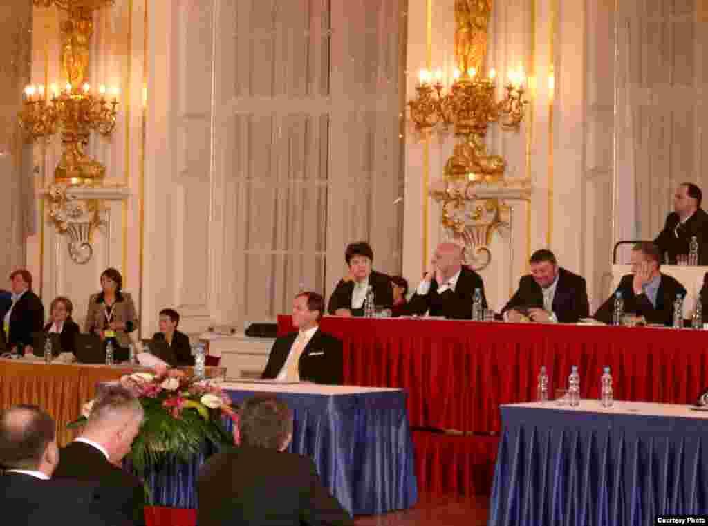 Министр Джамиля Стехликова (в центре во втором ряду) участвует в выборах президента Чехии. - Джамиля Стехликова участвует в процессе избрания президента.