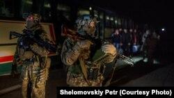 Українські військові на місці обміну полоненими, 26 грудня 2014 року
