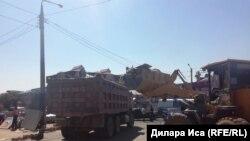 Спецтехника на месте сноса у рынка в Шымкенте. 30 июля 2018 года.