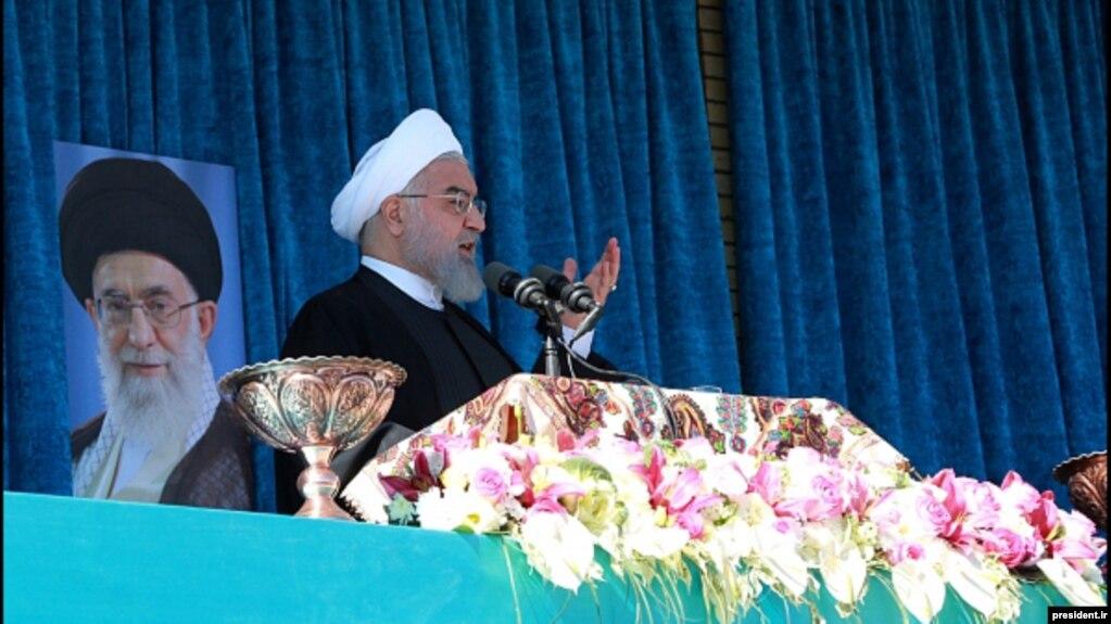 حسن روحانی، رئیسجمهوری ایران در جمع شماری از مردم رفسنجان، سخنرانی میکند
