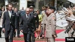 Запад пока не демонстрирует готовности следовать советам критиков Кремля. Люксембург принимает Владимира Путина по высшему разряду