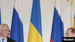 Прем'єр України Микола Азаров (зліва) під час зустрічі у Москві з російським прем'єром Володимиром Путіним