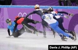 Шорт-трекші Нұрберген Жұмағазиев (көк формада) олимпиадада екі рет құлап, жүлдесі қалды