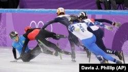 Момент падения казахстанского шорт-трекиста Нурбергена Жумагазиева (в синей форме) на дистанции 1500 метров. Пхёнчхан, 10 февраля 2018 года.