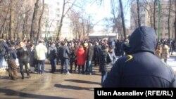 Текебаевдин жактоочулары УКМК алдындагы митингде.