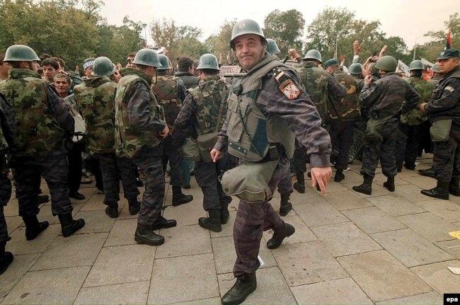 Полиция на улице Белграда 5 октября 2000 г.