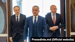 Fostul lider democrat, oligarhul Vladimir Plahotniuc, secondat de finul său, Andrian Candu (stânga), și actualul președinte PDM, ex-premierul Pavel Filip. Imagine de arhivă