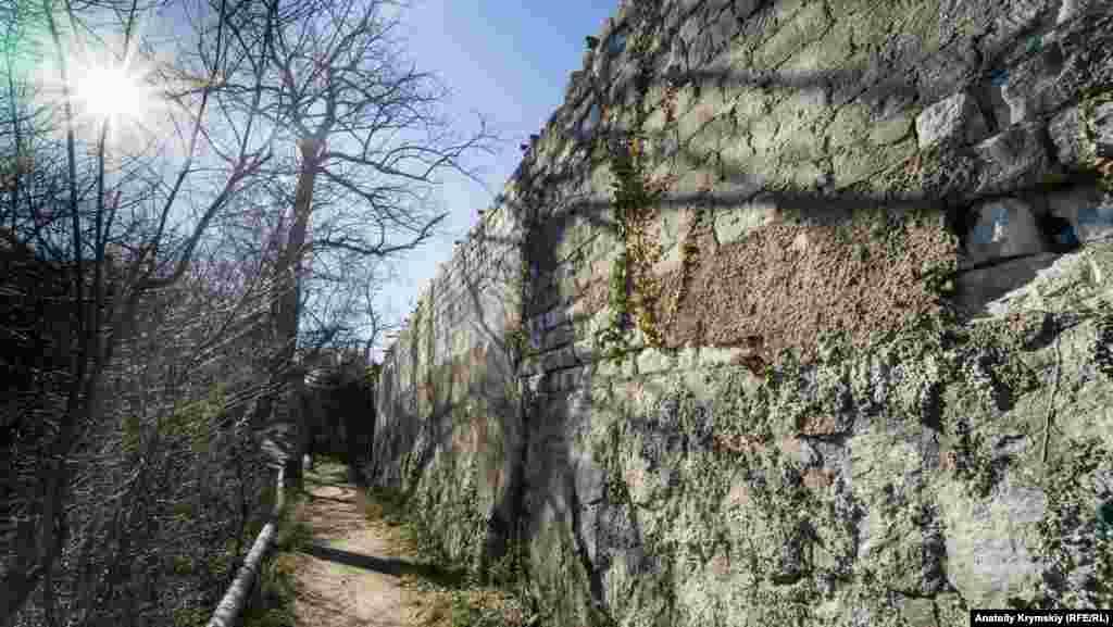 Под высокой стеной хересного цеха «Ореанда» – структуры знаменитой «Массандры». Цех был построен в 1888 году