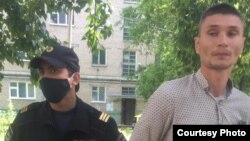 Дмитрий Румянцев с сотрудником полиции