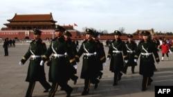 Пекиннің Тяньаньмэнь алаңында жүрген солдаттар. (Көрнекі сурет).