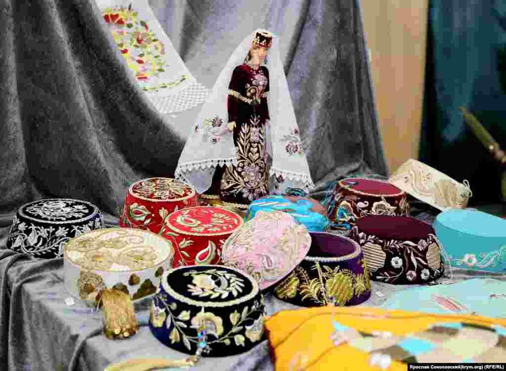 Оскільки кримськотатарські дівчата, як правило, не носили не тільки паранджу, але навіть хіджабу, то особливою популярністю у них користуються фески. За історію цього головного убору з'явились багато тисячі способів і орнаментів для його прикрас. Особливо великим попитом користуються фески вишиті золотом по оксамиту