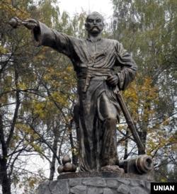 Пам'ятник ватажку українського гайдамацького руху, одному з керівників Коліївщини (1768) Івану Гонті, в районному центрі Христинівка, Черкаської області, 24 жовтня 2009 року