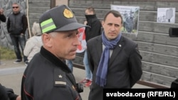 Павал Севярынец (справа) падчас акцыі пратэсту ля рэстарацыі «Поедем поедим», архіўнае фота