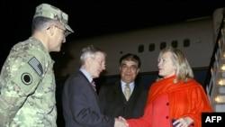 Клинтон дар фурудгоҳи Кобул