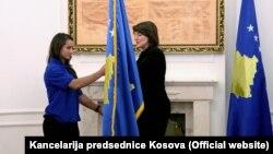 Predsednica Kosova Atifete Jahjaga je pred polazak na Evropske igre predala kosovsku zastavu Olimpijskom komitetu Kosova, odnosno, Majljindi Keljmendi