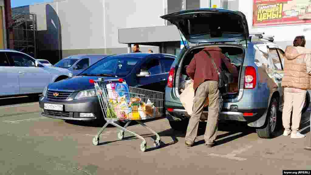 Крымчане покупают продукты с запасом