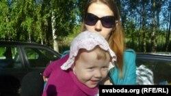 Алена Каваленка з дачкой Вікай / 24 ліпеня, ля калёніі №19 у Магілёве