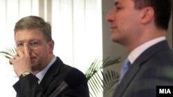 Прес-конференција на премиерот Никола Груевски и еврокомесарот Штефан Филе.
