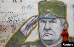 Портрет Ратко Младича на стене дома в пригороде Белграда. 2017 год
