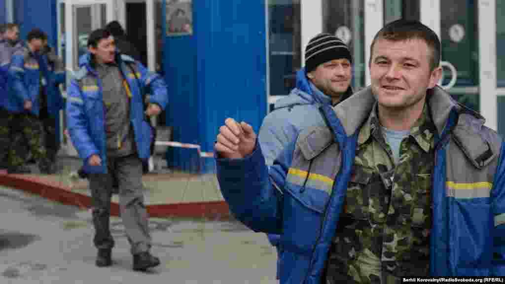 Робітники фірми-підрядника Novarka, які зводять арку, працюють вахтами по 15 днів