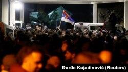 Demonstranti ispred RTS-a nakon izbacivanja