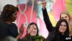 Michelle Obama duke i duartrokitur këngëtares së njohur ukrainase Ruslana gjatë marrjes së çmimit