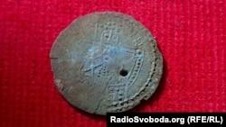 Одна зі знайдених монет, які датують 1010–1019 роками