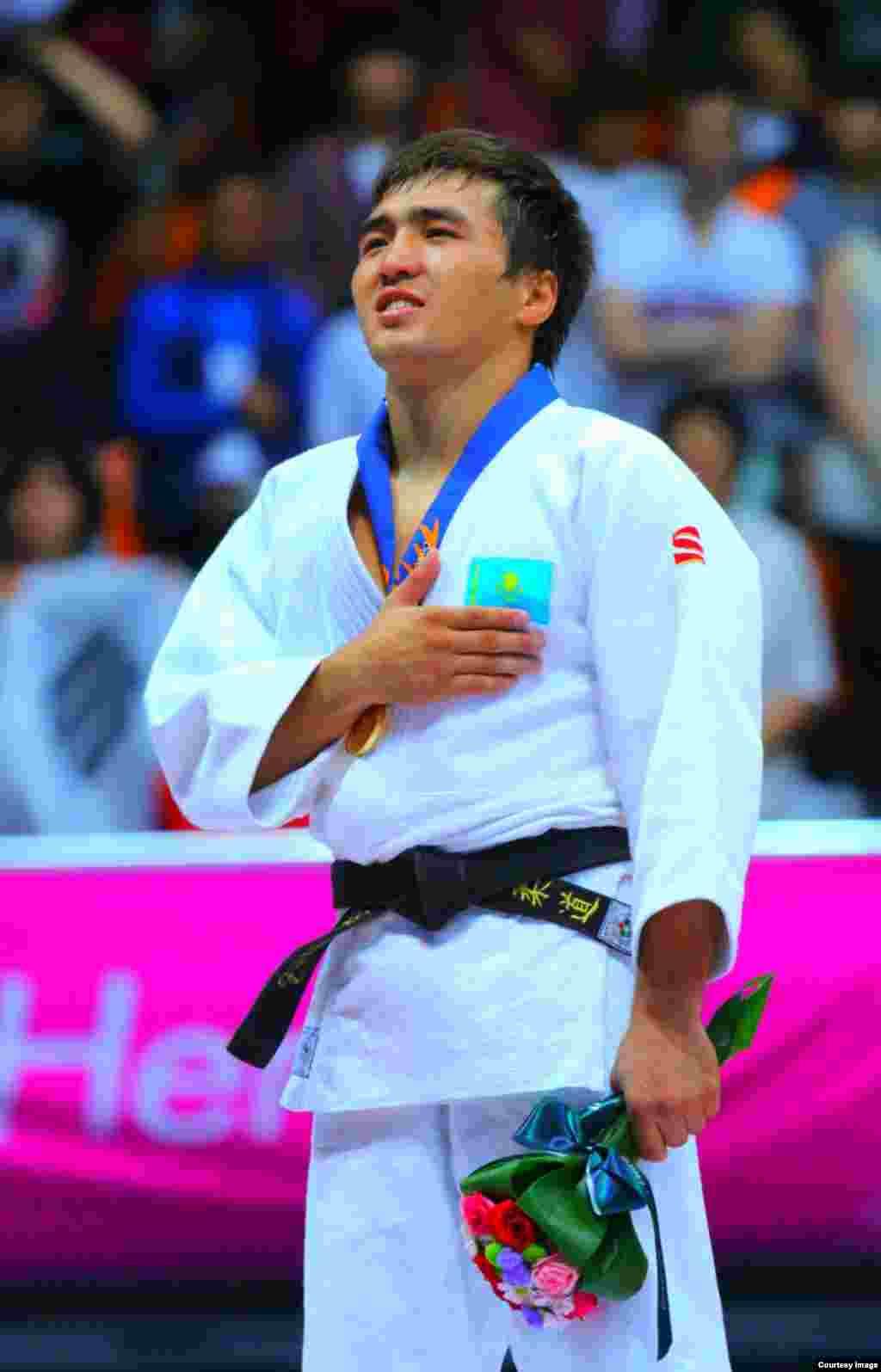 Казахстанский дзюдоист Елдос Сметов во время церемонии награждения.Фото пресс-службы комитета спорта и физической культуры.