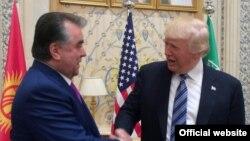 Täjik prezidenti Emomali Rahmon amerikan kärdeşi Donald Tramp bilen. Arhiw suraty.