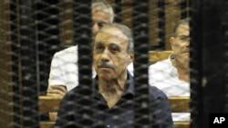 Египеттің бұрынғы ішкі істер министрі Хабиб әл-Әдли сот залында отыр. Каир, 14 тамыз 2011 жыл
