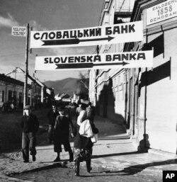 Вказівники на головній вулиці міста Хуста. Карпатська Україна, Хуст, 27 січня 1939 року