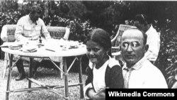 Лаврентий Берия с дочкой Сталина Светланой