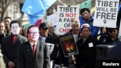 Си Цзиньпиннің сапары кезінде АҚШ азаматтары Тибеттегі саяси жағдайға қатысты наразылық білдіріп тұрды. Вашингтон, 14 ақпан 2012 жыл