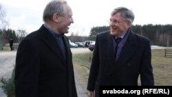 Скот Роланд (справа) і Ўладзімер Някляеў у Марачоўшчыне