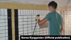 """Местные жители готовят подземный переход к мероприятию. Фото взято с официальной страницы Фонда """"Сорос-Кыргызстан"""" в Facebook."""
