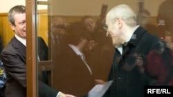 "Михаил Ходорковский приветствует своего адвоката Вадима Клювганта (слева) на процессе по ""второму делу ЮКОСа""."