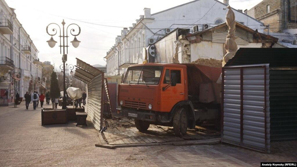Возможно, дорожная плитка на улице Пушкина не выдержала вес этого КаМАЗа со строительным мусором