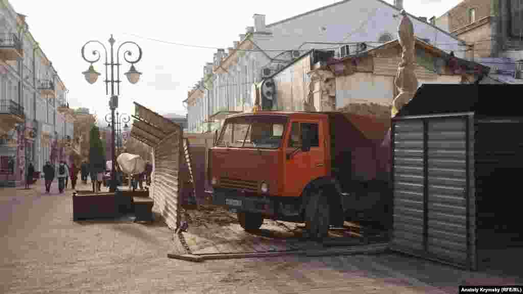 Можливо, дорожня плитка на вулиці Пушкіна не витримала вагу цього КаМАЗа з будівельним сміттям