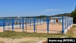 Попадает ли в зону сервитута спортивная площадка у пляжа, пока непонятно